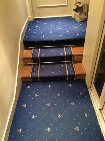 Habillage des palier en moquette collée de mur à mur et tapis d'escalier en passage