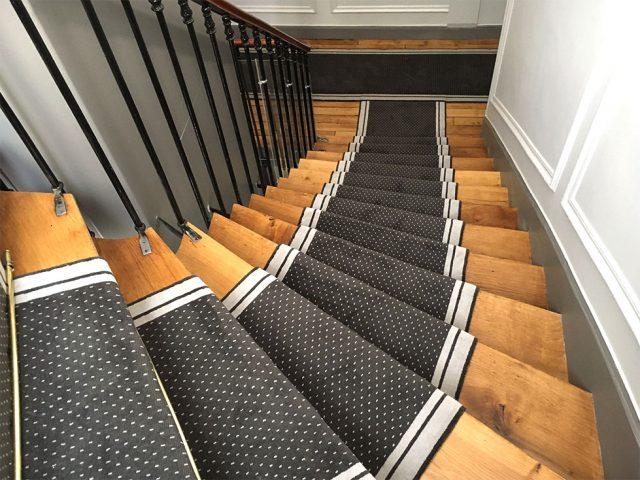 tapis dans un escalier à pois gris et blanc