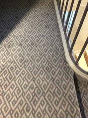 moquette géométrique grise dans une cage d'ecalier