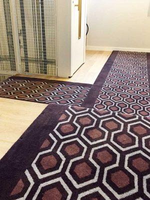 tapis géométrique devant un ascenseur