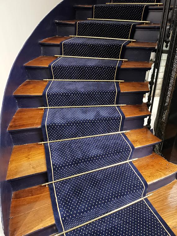 Tapis escalier bleu nuit à point beige