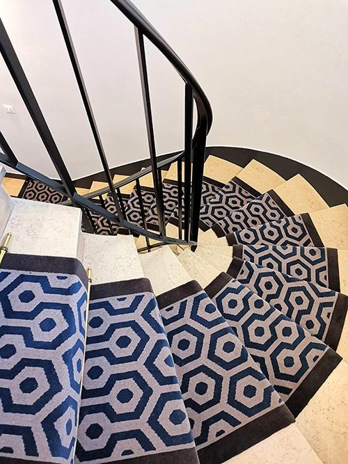 tapis d'escalier en pierre tournant aux motifs graphiques bleu et gris