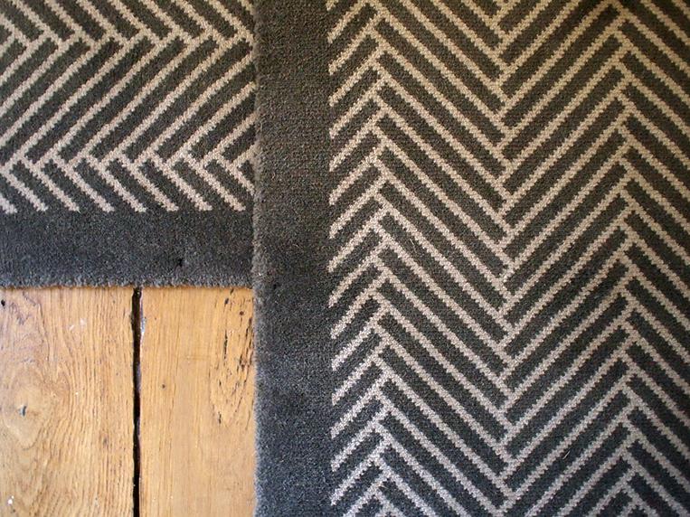 gros plan d'un tapis gris aux motifs chevrons