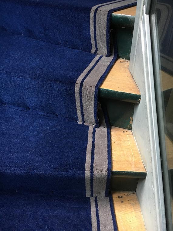 tapis bleu d'escalier bleu marine à bordure grise