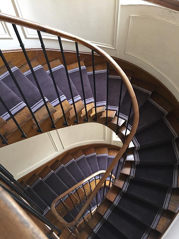 tapis escalier tournant violet à bordure grise