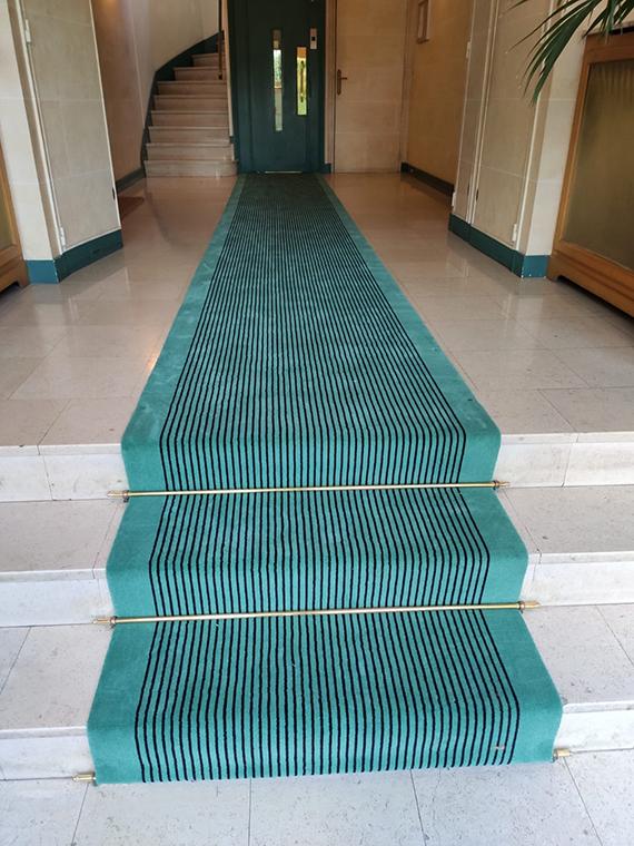 tapis de hall d'entrée bleu turquoise et rayures noires