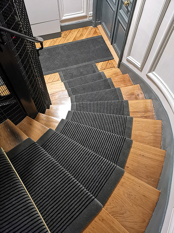 tapis de cage d'escalier gris à rayures noires