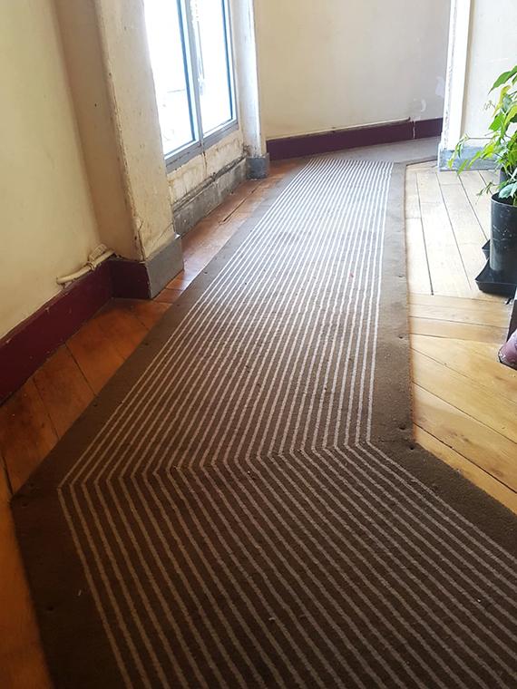 tapis de couleur rayé beige