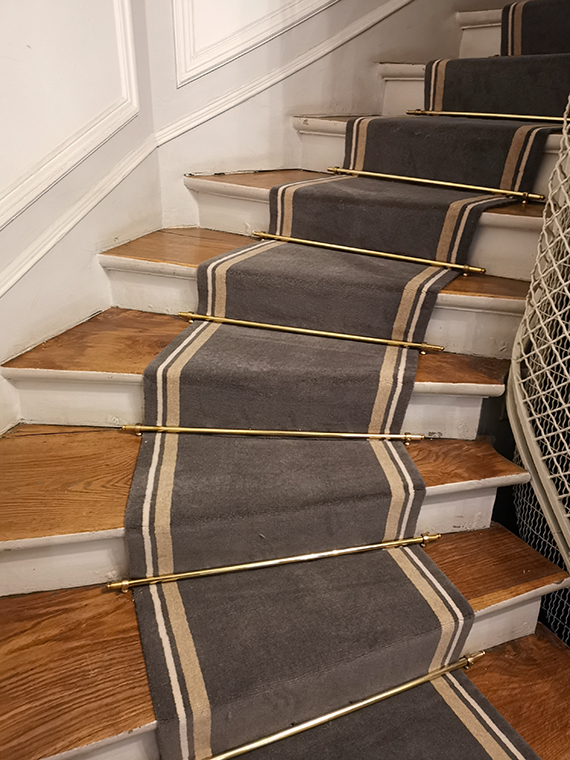 tapis dans un escalier gris