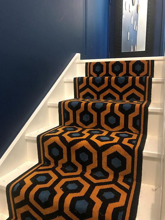 tapis d'escalier motifs géométrique bleu et jaune
