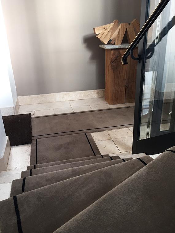 tapis d'escalier en pierre taupe