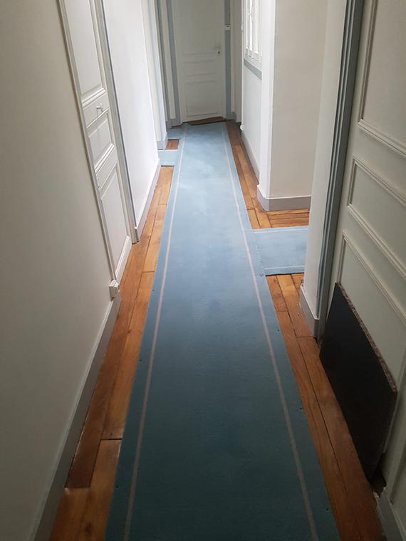 tapis de couloir bleu ciel avec liseré blanc