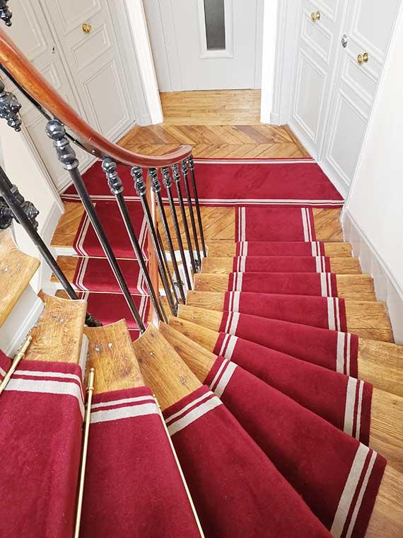 tapis rouge dans un escalier en bois