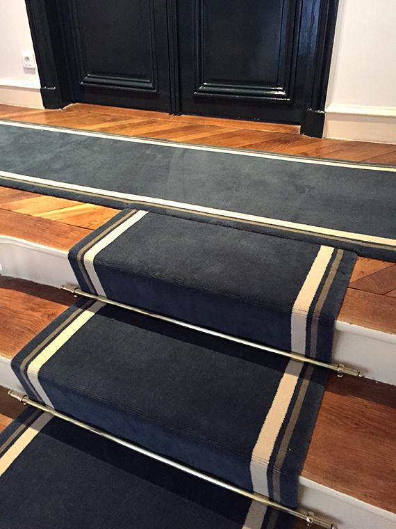 tapis bleu sur un palier
