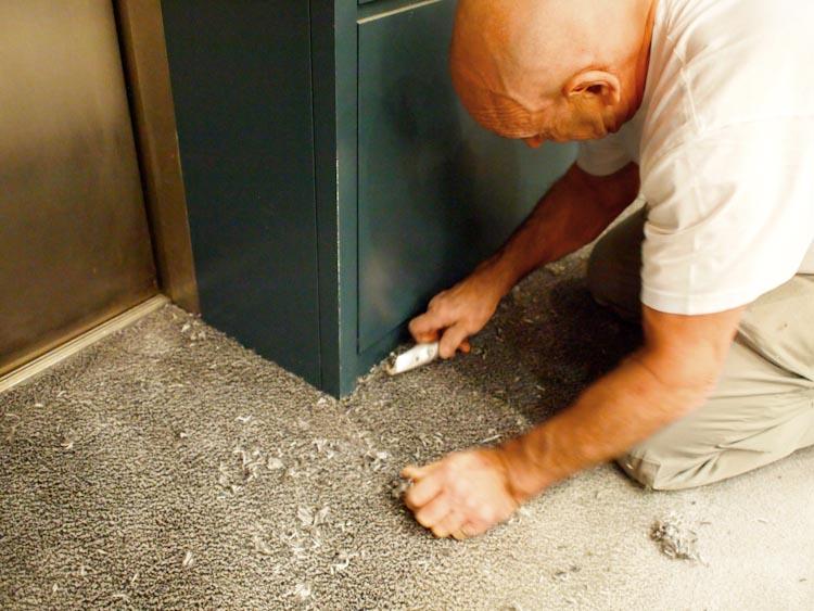 Finition moquette bord d'ascenseur