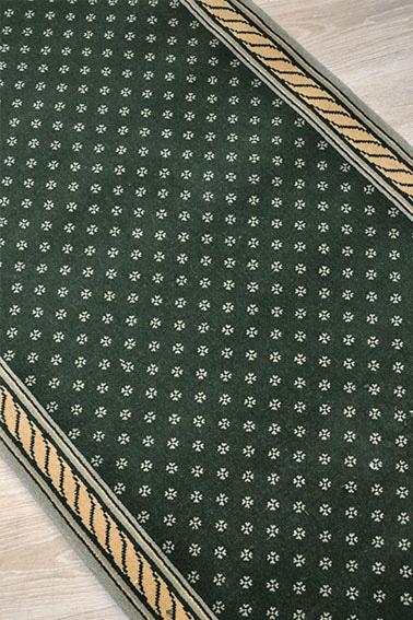 tapis destockage vert anglais à fleurette blanche et bordure tresses or clair