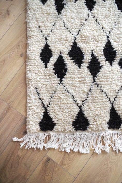 détail de tapis tissé main noir et blanc