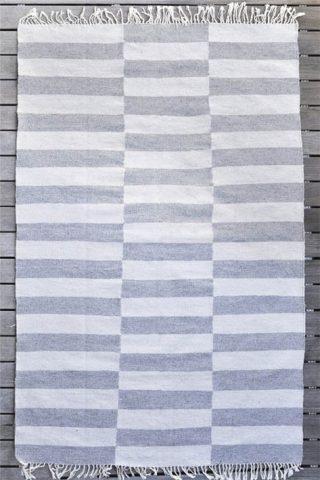 tapis à carreaux gris et blanc