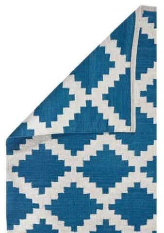Petit tapis d'intérieur bleu et blanc à motifs géométriques