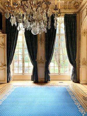 tapis bleu classique à pois