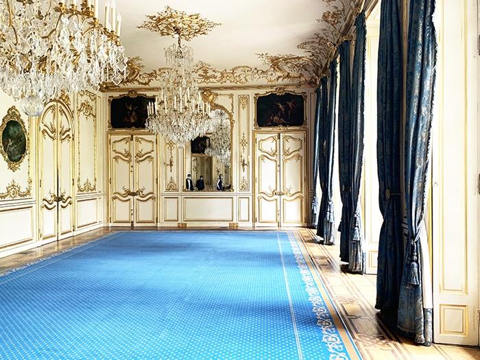 tapis bleu dans salle de réception