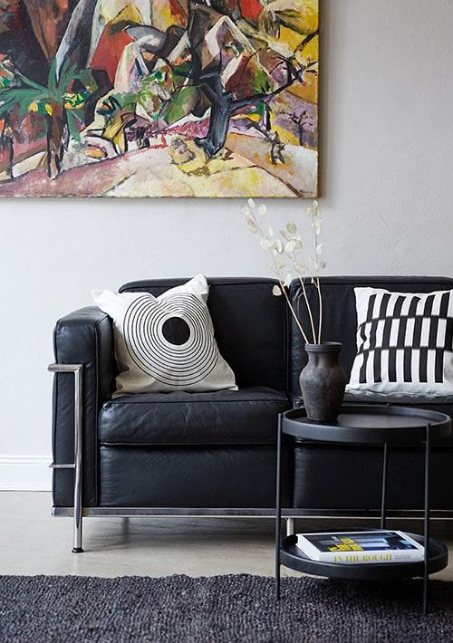 salon avec canapé et tapis noirs