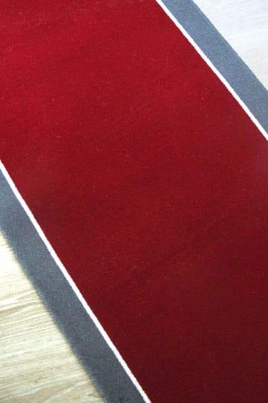 Tapis rouge avec bandes grises