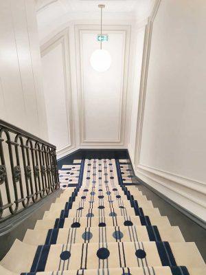 tapis d'escalier murs blancs