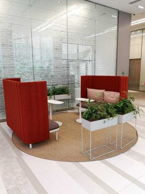 tapis sisal avec canapé rouge
